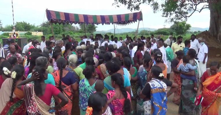 இலவச சேலை : கொரோனாவை மறந்து மாஸ்க் இன்றி குவிந்த மக்கள்